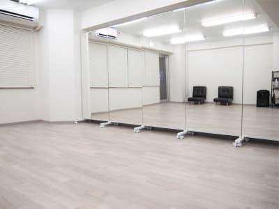 ー鏡ー 可動式の鏡なので、用途によって移動可能。 鏡同士がぶつからないよう注意が必要ですが、女性一人でも動かすことができます。 - レンタルスペースガション ダンス練習、運動、動画撮影に最適の室内の写真