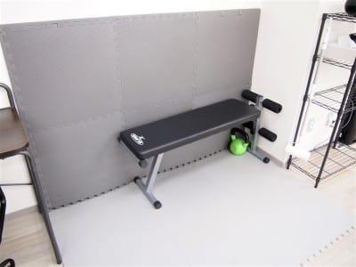 ートレーニング・ストレッチスペースー 立て掛けてあるマットは、必要に応じて繋げることで広くご利用できます。  - レンタルスペースガション ダンス練習、運動、動画撮影に最適の室内の写真