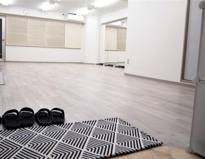 マットから室内シューズでお願いします。 - レンタルスペースガション ダンス練習、運動、動画撮影に最適の室内の写真