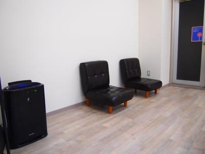 ー加湿器・座椅子ありますー 必要に応じてご利用ください。 エアコンも完備。 - レンタルスペースガション ダンス練習、運動、動画撮影に最適の設備の写真