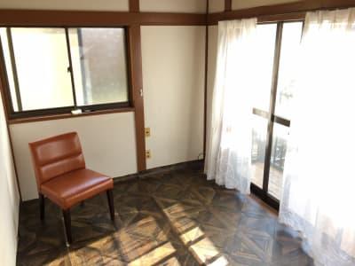 自然光たっぷり。ベランダ付き5.5畳ほどの作業場。 - tokyo camp 汚し!匂い!音出OKなアトリエの室内の写真
