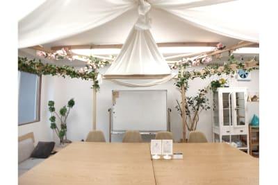 2/14~、桜とチューリップでインドア花見装飾 中 - Sabori 飯田橋 302 多目的レンタルスペースの室内の写真