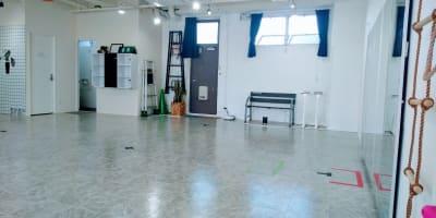 南北8.9m - フェリスアン スタジオ237 北館 多目的スペースの室内の写真