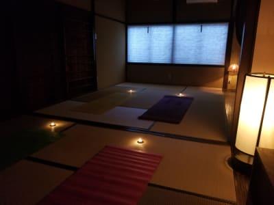 夕暮れから夜にかけて、アンティークなフロアーランプやキャンドルを使い、ひと時の瞑想スペースとしてみてはいかがでしょうか? - 癒しの古民家Kyoto Knot レンタルスタジオの室内の写真