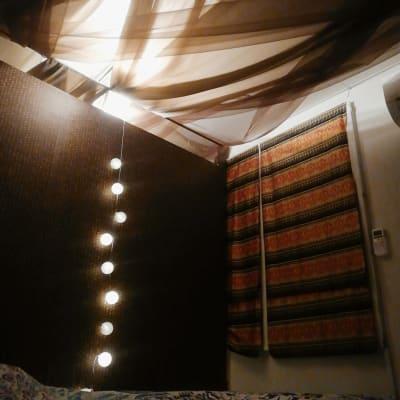 アジアな空間。夜は間接照明でさらに落ち着く雰囲気。 - シェアサロン押上 サロンスペース、フリースペースの室内の写真