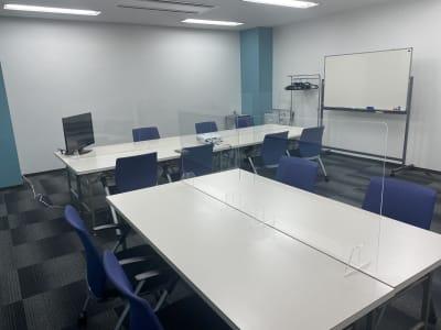 会議室内です。2人掛けて19人可能です。 椅子は20人分あります。 - 三宮ベンチャービル 貸し会議室の室内の写真