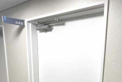 ビル1階奥の「応接室」の看板の部屋です。 - 三宮ベンチャービル 貸し応接室・会議室の入口の写真