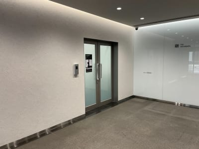 会議室共有部への扉 - タイムシェアリング秋葉原ISM 102の入口の写真