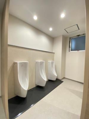 男性お手洗い:立ち3、洋式2 - タイムシェアリング秋葉原ISM ブースAのその他の写真
