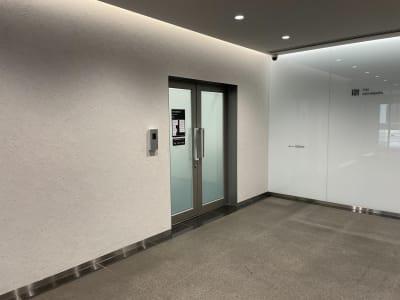 会議室共有部への扉 - タイムシェアリング秋葉原ISM ブースBの入口の写真