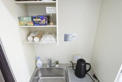 電気ケトル、紙コップ、無料ティーバッグ各種ご用意しております🍵 - 福岡レンタルサロン バブ天神 完全個室のプライベートサロンの室内の写真
