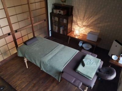 スピーカーシステム完備。施術中、やすらぎの音を身体全体でお楽しみください。 - 癒しの古民家Kyoto Knot サロンスペースの室内の写真