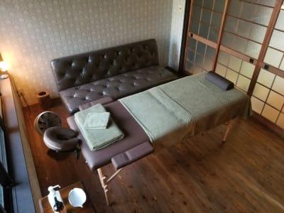 施術前のカンファレンスに便利なソファをご用意しております。 - 癒しの古民家Kyoto Knot サロンスペースの室内の写真