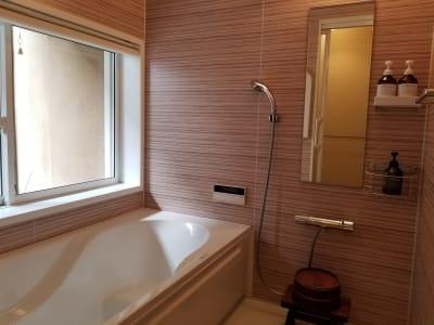 裏庭を望める浴室。足を伸ばせる長さのバスタブで、施術前後のリラクゼーションタイムはいかがですか? - 癒しの古民家Kyoto Knot サロンスペースの室内の写真