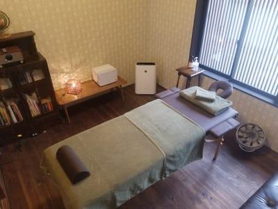 町家特有の梁が見える洋室。格子戸から差し込むあたたかな光でリフレッシュ。 - 癒しの古民家Kyoto Knot サロンスペースの室内の写真