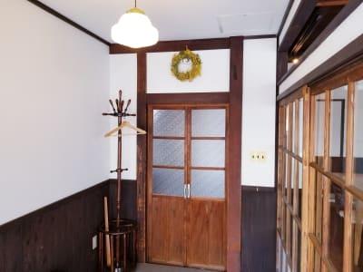 玄関に足を踏み入れると別世界。どこか懐かしい雰囲気を五感で感じてください。 - 癒しの古民家Kyoto Knot サロンスペースの入口の写真