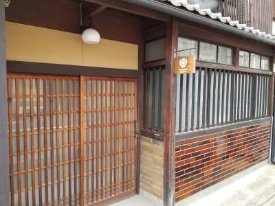 レトロなタイルが目印です。 - 癒しの古民家Kyoto Knot サロンスペースの外観の写真
