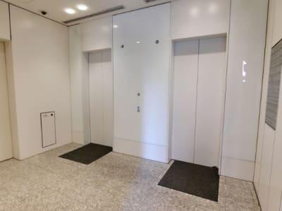 1階エレベーターホール - レアルコンサルティング株式会社 会議室1の入口の写真