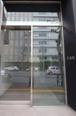 Esqビルのエントランス - 【多目的スペース】会議・撮影など 少しマリンな小部屋の外観の写真