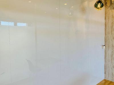 壁一面がホワイトボードになっています。 (マーカー有) - 【多目的スペース】会議・撮影など 少しマリンな小部屋の室内の写真