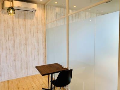 小会議室内観 (椅子は2脚に増やせます) - 【多目的スペース】会議・撮影など 少しマリンな小部屋の室内の写真
