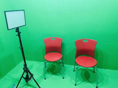 ライティングスタンドは有料です。(椅子は無料。 - 動画撮影・配信収録スタジオ秋葉原 黒壁&グリーンバッククロマキーRの室内の写真