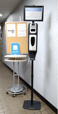 ビルエントランスに検温器、手指消毒液が設置されています。 - 三豊ビル 16名までのミーティングスペースの設備の写真