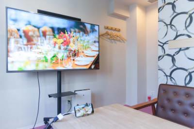 大型モニターを置いてもゆったりとした空間。 - Feel Osaka Yu [ クラシックリゾート会議室 ]の室内の写真