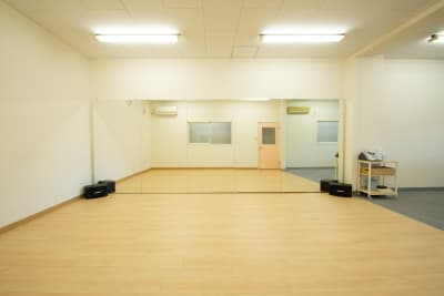 縦1.8m×横4.8mの大型ミラーを完備。 - 【栃木県佐野市】スタジオキビス レンタルスペース スタジオキビスの室内の写真