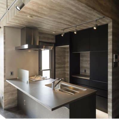 オシャレな対面キッチンで料理教室もできます - HMTRENTALSPACE. 多目的スペースの室内の写真