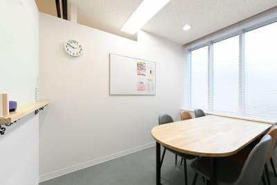 ワンコイングリッシュ上野校 会議室、コワーキングスペースの室内の写真