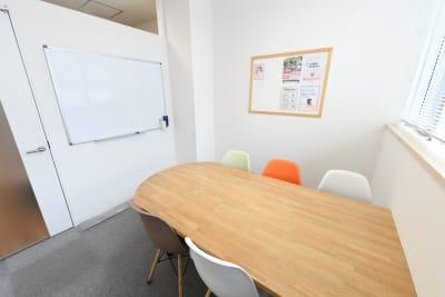 ワンコイングリッシュ飯田橋校 会議室、コワーキングスペースの室内の写真