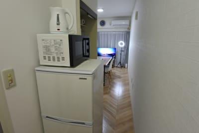 冷蔵庫、電子レンジ、電気ケトル有り - 福岡レンタルスペース レコ天神 シンプルな多目的レンタルスペースの室内の写真