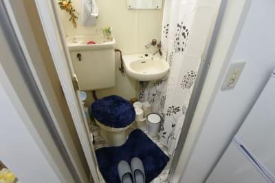 可愛らしく清潔感あるトイレ - 福岡レンタルスペース レコ天神 シンプルな多目的レンタルスペースの室内の写真