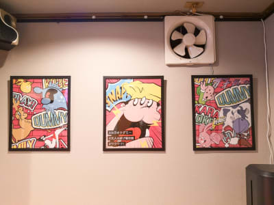 壁にはオシャレな写真 - KARAOKE DUMMY 元町駅近!カラオケ付貸切スペースの室内の写真