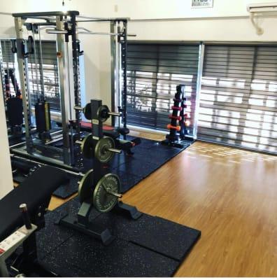 パワーラックとグルートドライブがどーんと。 - スタジオフリューゲル 表参道 女性専用トレーニングスペースの室内の写真