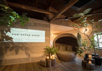 ステージとソファー。 撮影スポットとしてよく使用されます。 - Fun Space Diner 個室貸切プランの室内の写真