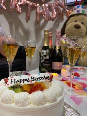 誕生日などの施設利用がおすすめ!グラス無料貸し出し。 - 大阪梅田のおしゃれ空間 白と大理石の空間の室内の写真