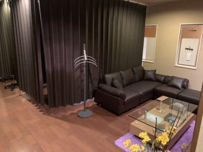 3人掛けカウチソファー - シェアサロン Yutori サロンBの室内の写真
