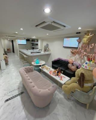店内画像 - 大阪梅田のおしゃれ空間 白と大理石の空間の室内の写真