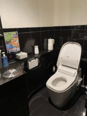 トイレはパナソニックのアラウーノを使っています。毎日ピカピカになるまで丁寧に掃除しております。 - Bar B-LUCK BERRY Bar,パーティ会場の室内の写真