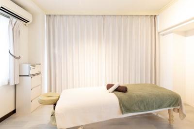 ベッド一台と、エアコン、ホットキャビもございます。冬は電気ヒーターもご使用可能です。 - レンタルサロンBeeの室内の写真
