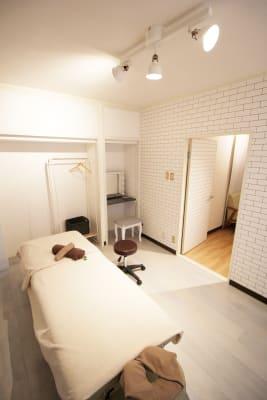 移動式の椅子、ハンガーラック、お荷物入れのカゴもございます。 - レンタルサロンBeeの室内の写真