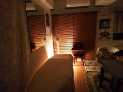 夜間は間接照明でリラックス - オルセー  オルセーの室内の写真