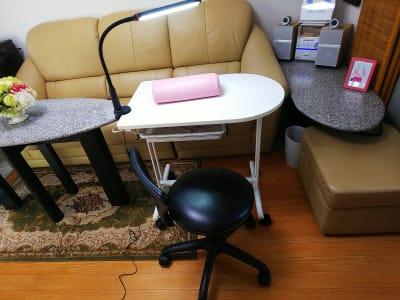ネイルテーブル、ランプ - オルセー  オルセーの室内の写真