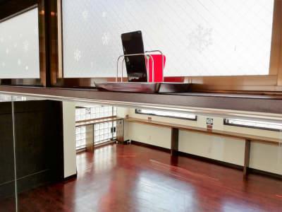スマホスタンド ※立て掛け式(前傾可能) ※スマホの落下防止にご留意ください - Jomo Wellness レンタルスペースの室内の写真