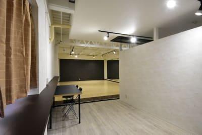 入口入ってすぐのミーティングスペースから見たところです。 - シェア・スタ 神戸三宮 レンタルスタジオ の室内の写真
