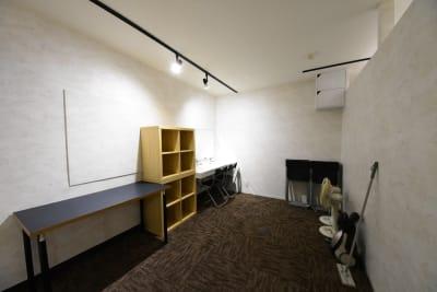 更衣室には洗面スペース完備!備品ストックもあります - シェア・スタ 神戸三宮 レンタルスタジオ の設備の写真