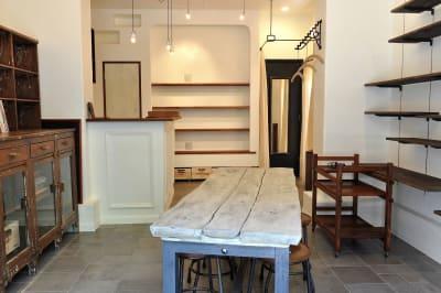 外から室内を臨む。現在、棚家具と可動棚の位置は反転しています。 -  FOUR DIRECTIONS レンタルスペースの室内の写真