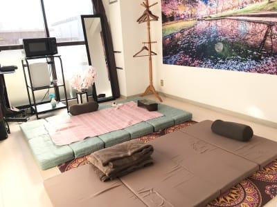 床施術では、四つ折りマットレスと繋げて使えるクッションの二面が同時に使えます。 - ゾウスペ新宿 会議室&サロンスペースの室内の写真